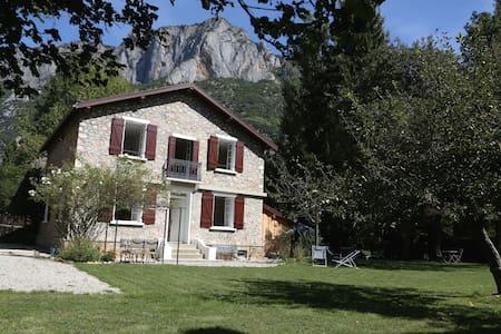 Maison de charme + jardin-10 pers-5 ch-3 sdb-2 WC