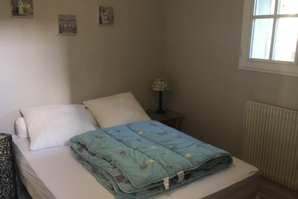 Chambre contenant un lit double et un dressing