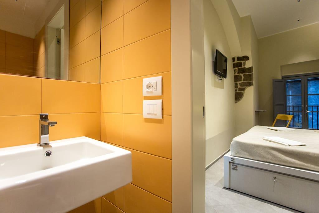 Bagno interno, tv, finestra e riscaldamento a pavimento