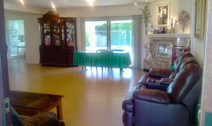 Bright room with private bath in Covina/LA(1)