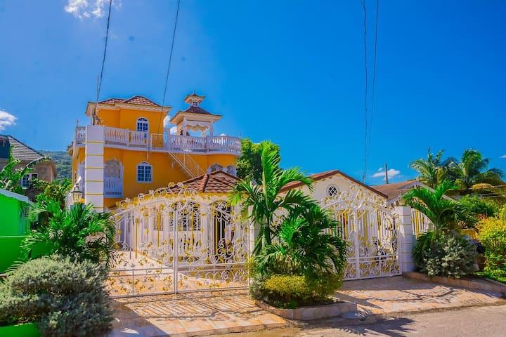 JC's Villa - Modern Getaway in the City 4