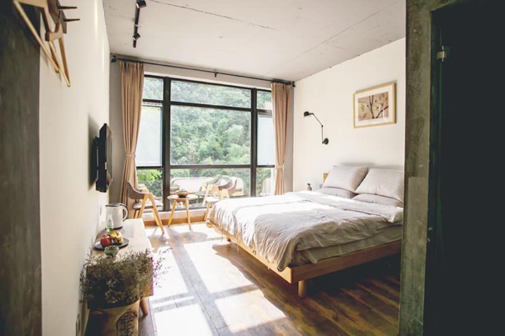 沐浴阳光的大床房