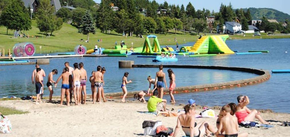 Le lac avec sa plages, ses jeux et son espace baignade.