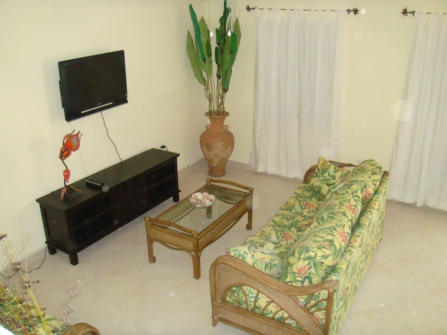 Living room with free wifi & cable tv.