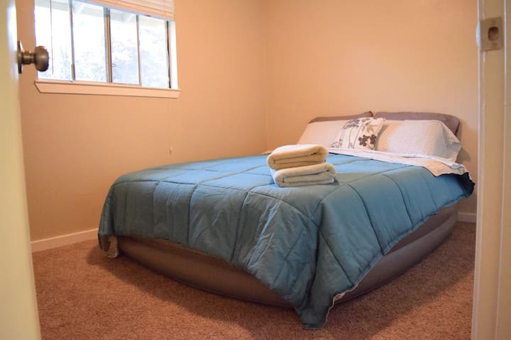 Cozy room with comfy air bed - Vallejo