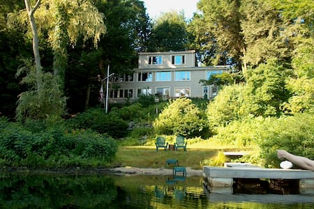 House on Pond in Wayland/Metrowest - เวย์แลนด์