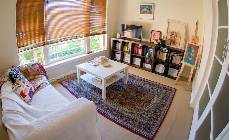 Sunny Artist's Apartment in CBD