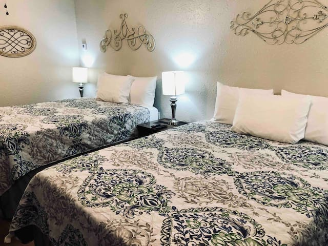 🛏🛏1BR 🏩👩⚕️WiFi🖥Work Travel💼🩺🏇🏻Centrally Located🏦⛪️🏘🏪