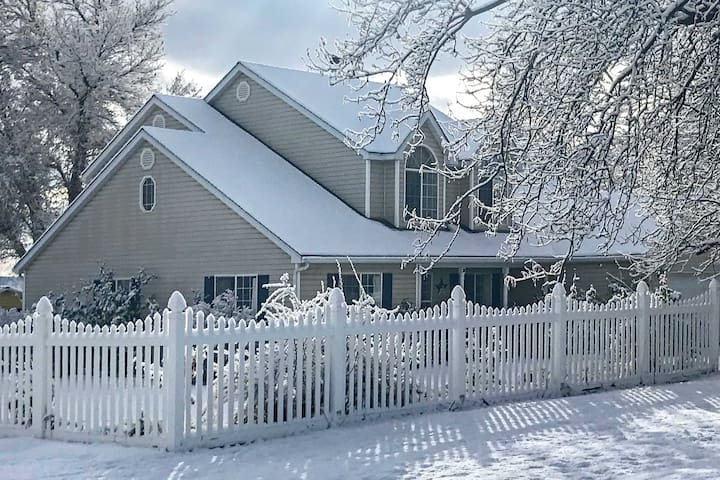 NEW! Private 2-Story Home 10 Miles to Bryce Canyon