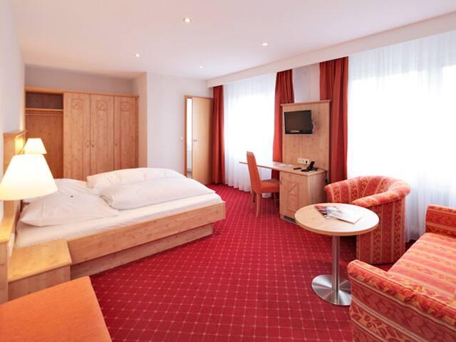 """Hotel Waldeck mit Restaurant Florian 'S, (Feldberg-Altglashütten), Doppelzimmer """"Premium"""", 25qm mit Dusche/WC und teilw. Balkon"""