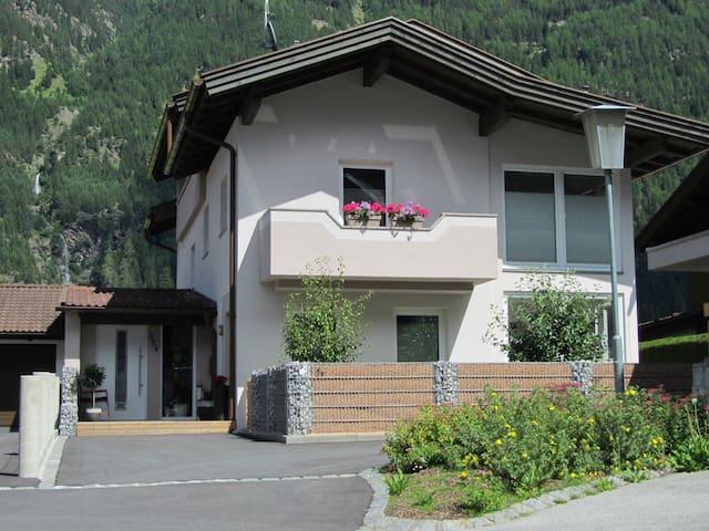 Eingangsbereich + Parkplatz
