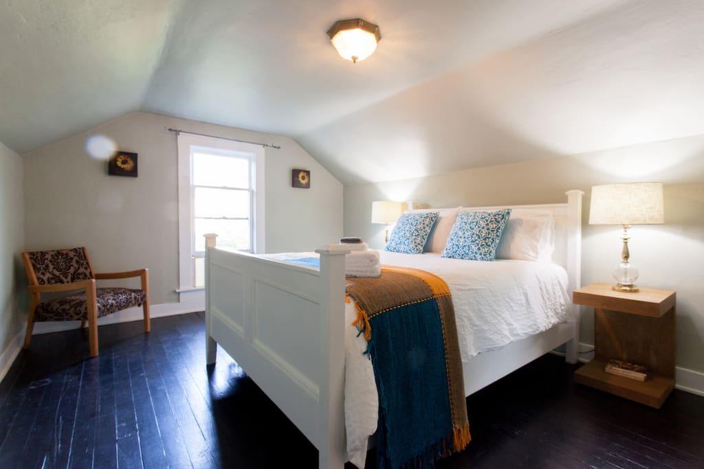 upstairs bedroom #1 w/ queen bed
