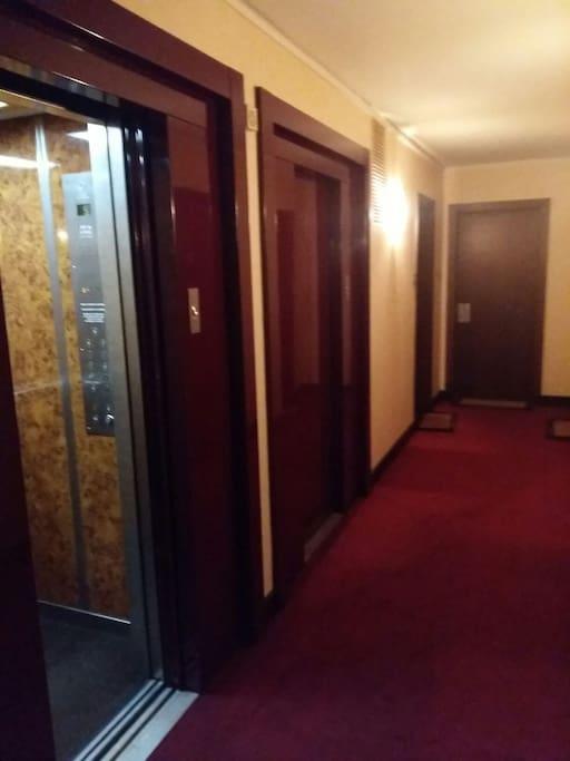 palier du 5e étage 2 ascenseurs.