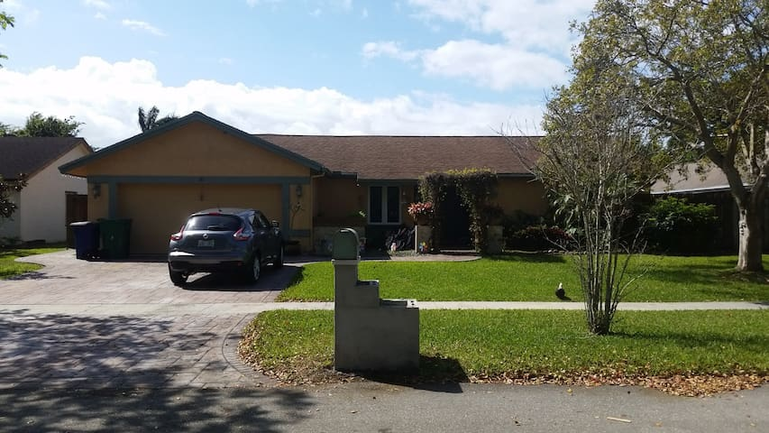 Private room, bathroom, & 3 friendly dogs - Cooper City - House