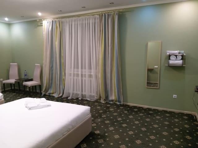 №4, стандарт четырехместный площадью 32 кв.м.,  две двухместные кровати, размера кинг сайз с общей ванной комнатой и туалетом.