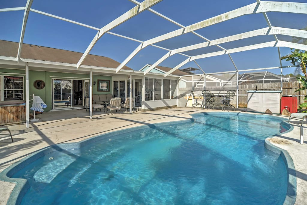 The fun never ends at this superb vacation rental unit. Enjoy using the screened-in swimming area, complete with a pool and jacuzzi.