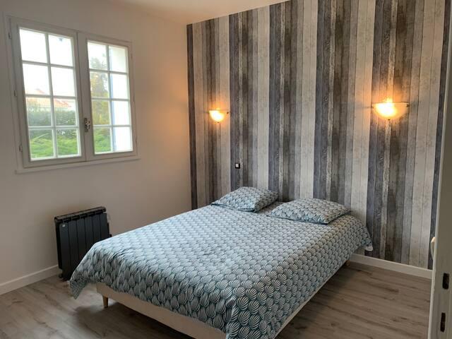 Chambre 1 - lit double 140, équipée d'une armoire à disposition