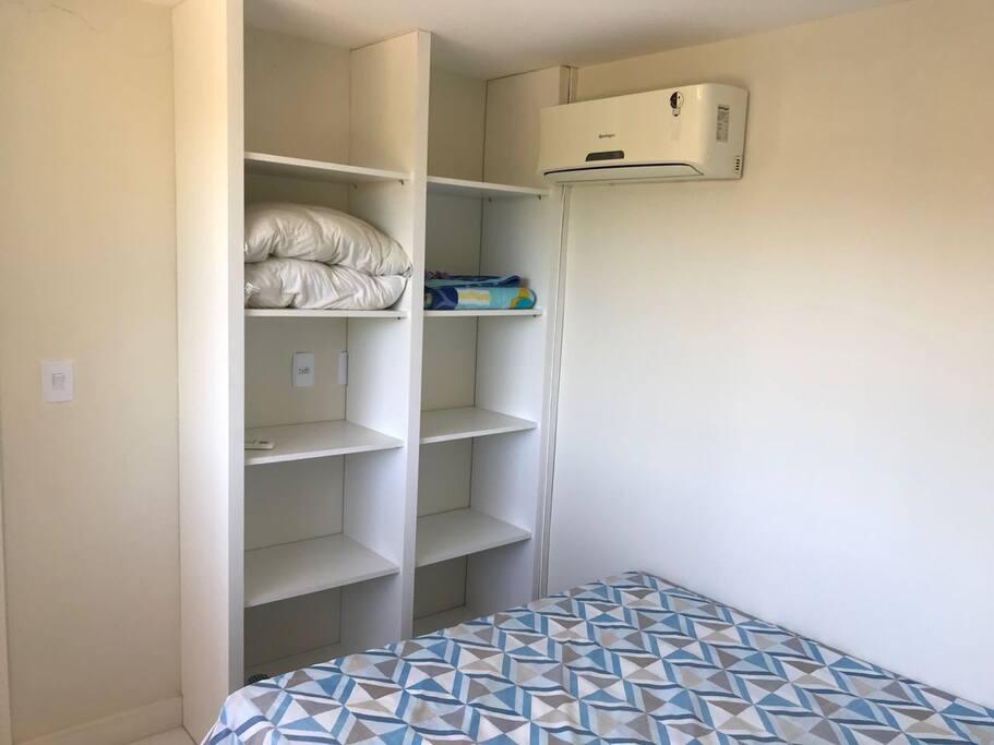 Suíte 1 - Cama casal, armário e ar condicionado