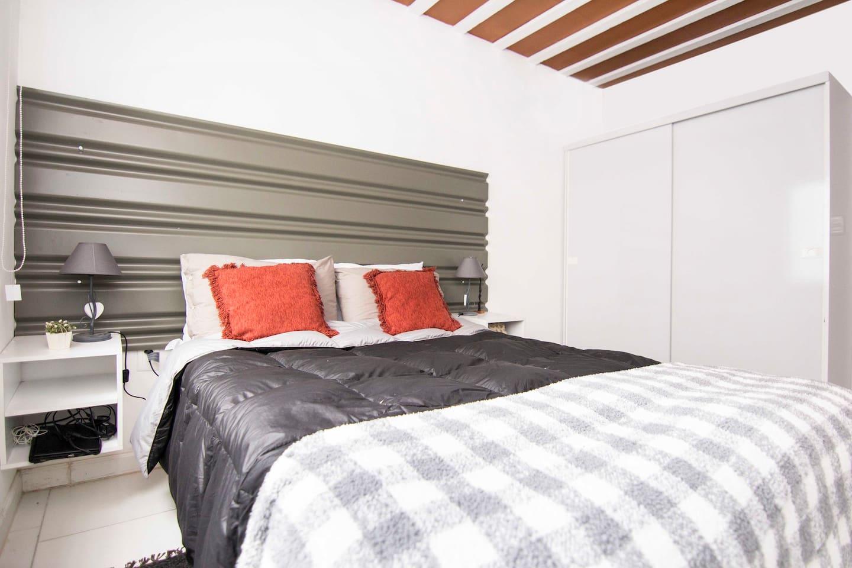 Dormitorio completo para dos personas, colchón de alta densidad, sabanas y acolchado y almohadas de plumas