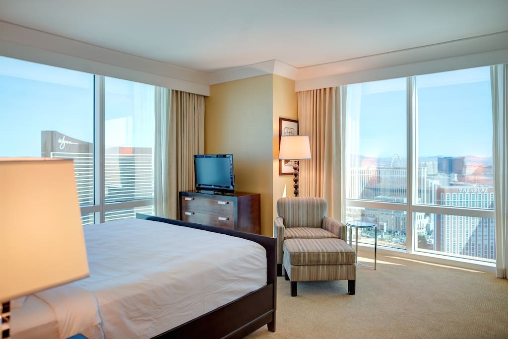 SLEEP AND WAKE UP WITH THE STRIP VIEWS!!