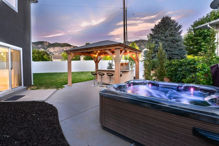 "⭐️Private Hot Tub + Covered Outdoor Kitchen + 75"" TV"