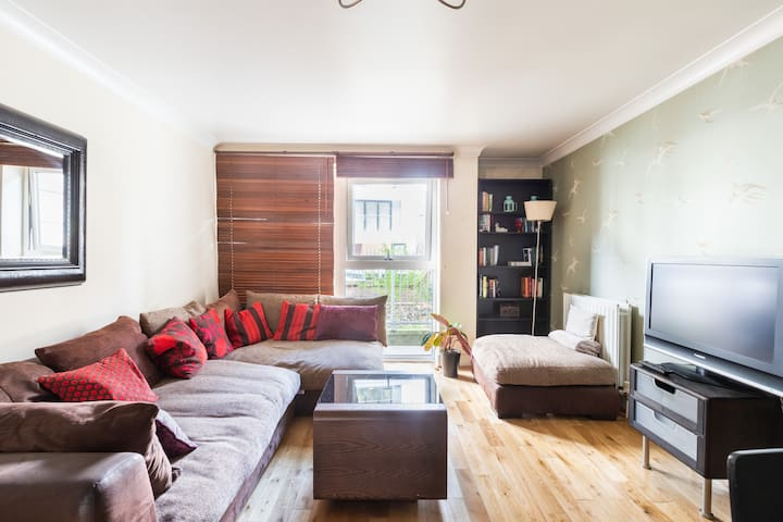 Spacious 2BR flat near Notting Hill. Parking!