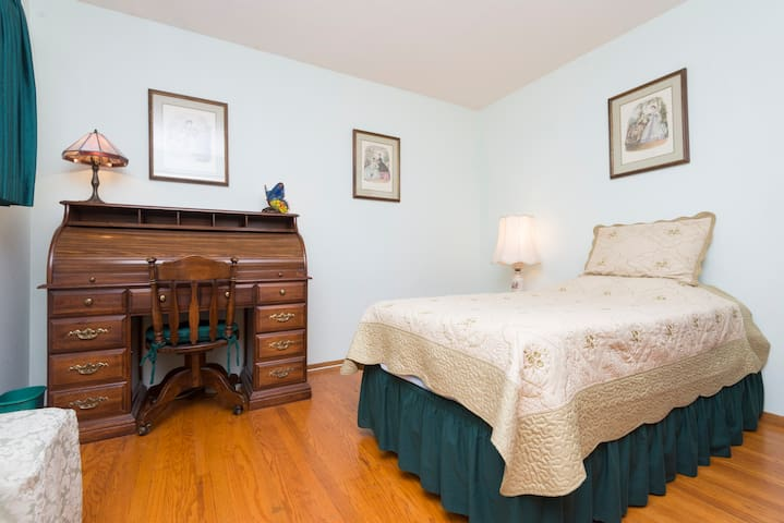 Private room +  private  bath + WIFI in Milpitas - Milpitas - Casa