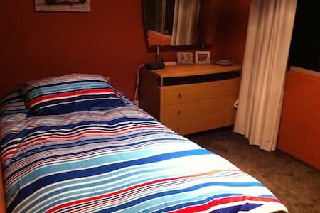 Single rooms to rent, quiet house. - Marangaroo - House