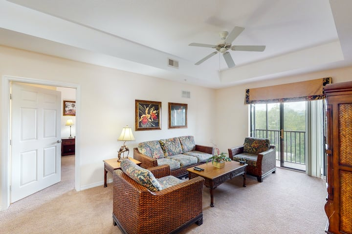 4th floor condo w/ hot tub, balcony, shared pools, sauna, gym, near theme parks