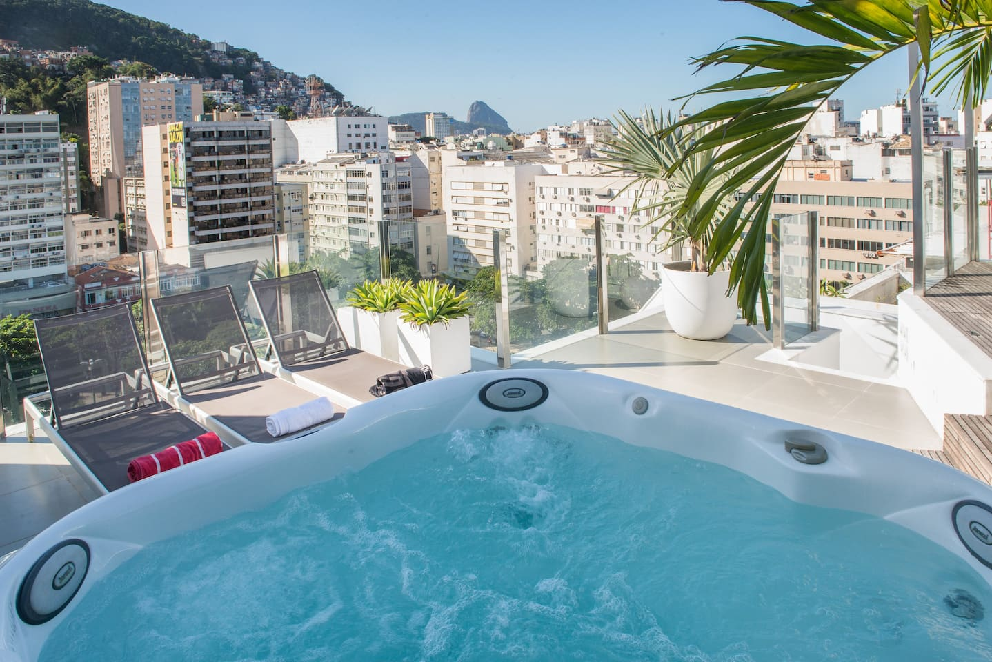 Jacuzzi with Sugar Loaf view