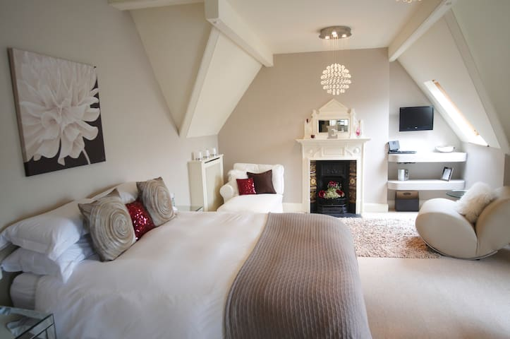 Emily, a large and luxurious suite on the top floor has a kingsize bed, private lounge area and stunning views over the town and hills beyond. It is perfect as a bridal or honeymoon escape.