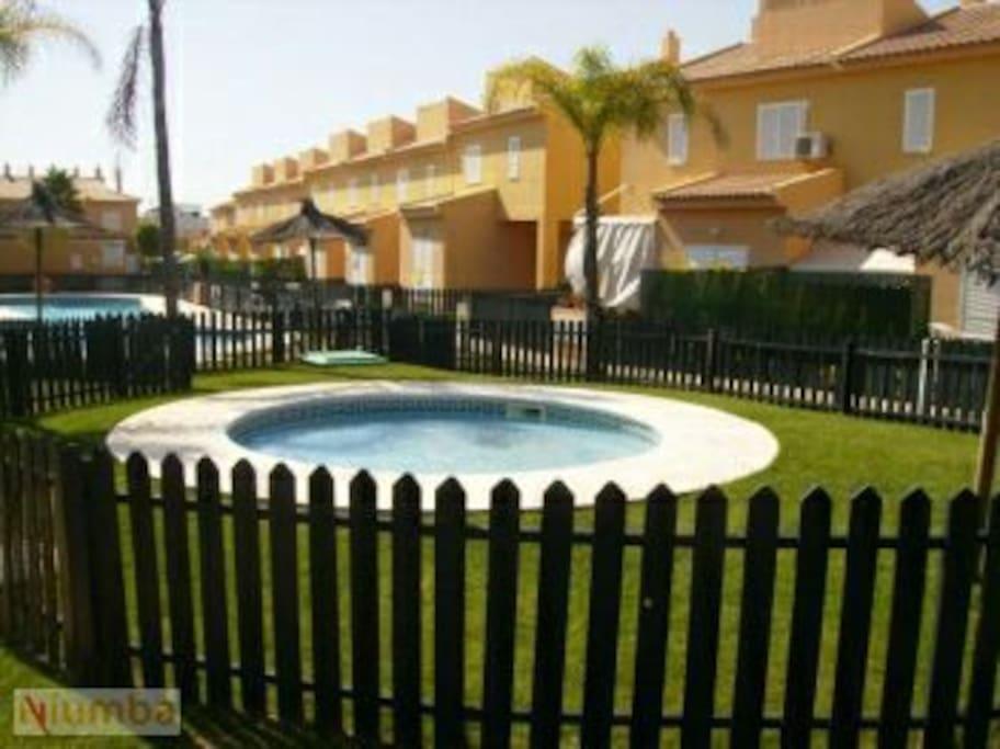Adosado con jard n y piscinas casas en alquiler en la for Alquiler bajo con jardin madrid
