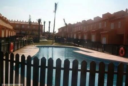 Adosado con jardín y piscinas - La Redondela