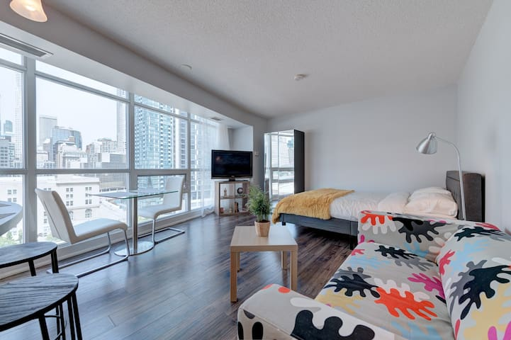 Clean & Cozy Studio, Downtown Toronto