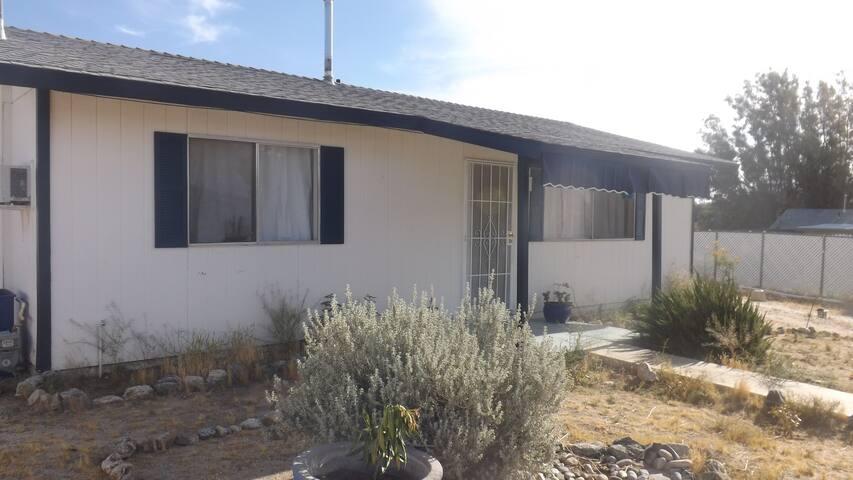 Charming cottage near hot springs plus free gift! - Morongo Valley - House