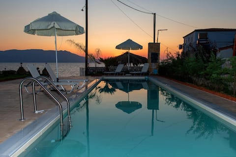 Cozy Apt ON the beach*private pool*amazing seaview