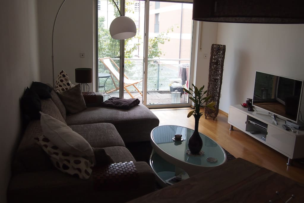 Wohnzimmer mit Ess-Ecke und TV