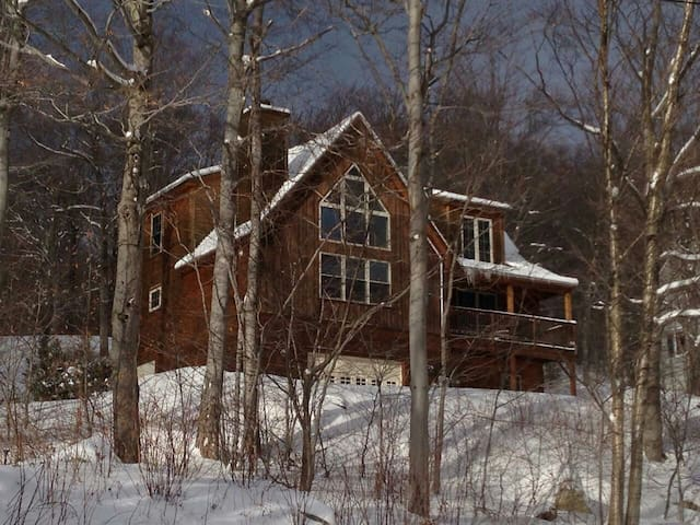 Beautiful VT Chalet-style getaway near Mount Snow - Wilmington - Casa