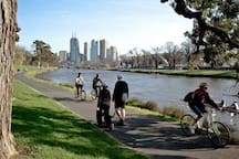 10 mins bike to the city by the Yarra River