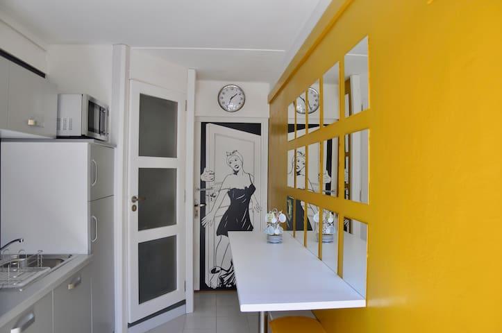 Studio original d'artiste peintre et musicien.