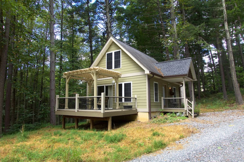 Cottage on 5.5 acre forest, 10 minutes from downtown Asheville