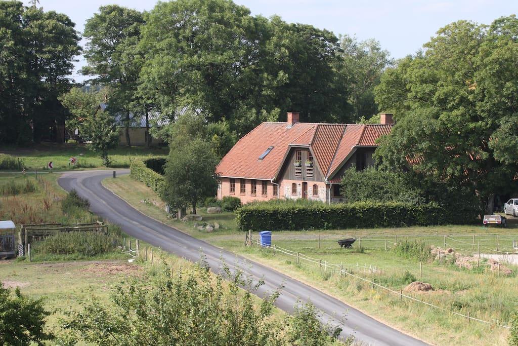 Hist hvor vejen slår en bugt, ligger der et hus så smukt..