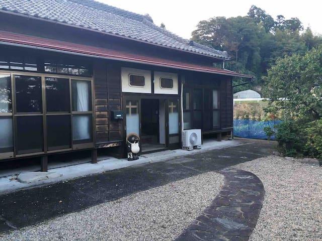 福島県楢葉町にある築70年の古民家。この地域の暮らしを多様な交流を通して知る。常磐線木戸駅徒歩7分。