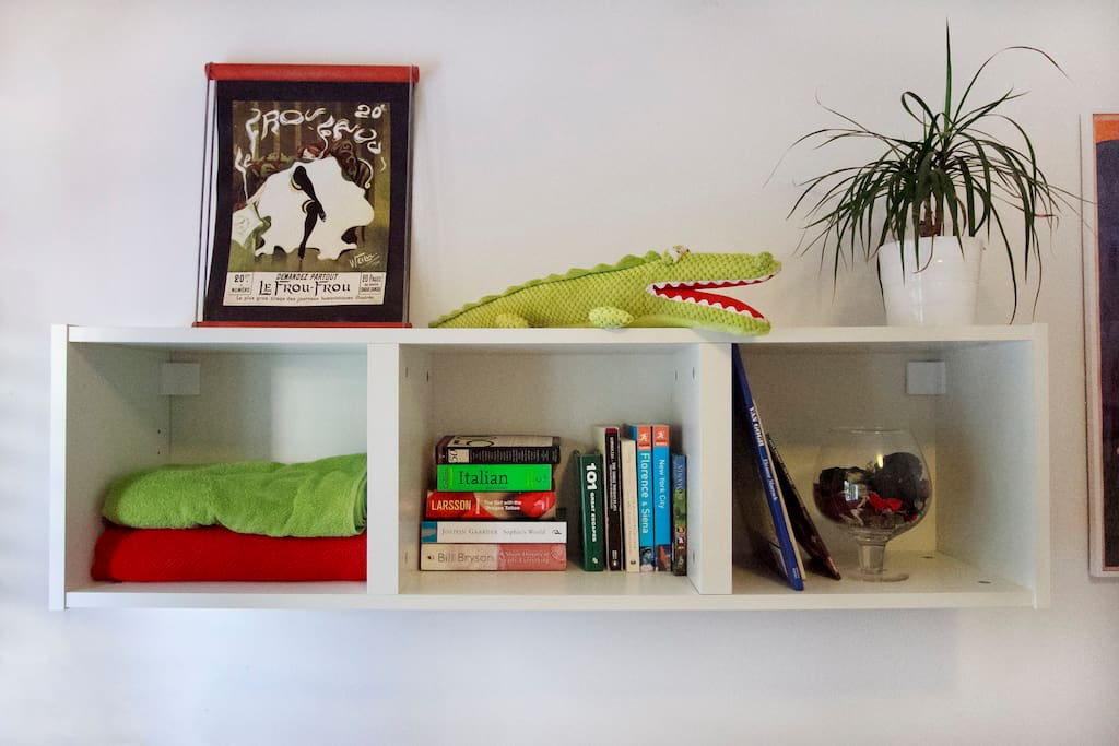 Bookshelf in guest room, with towels
