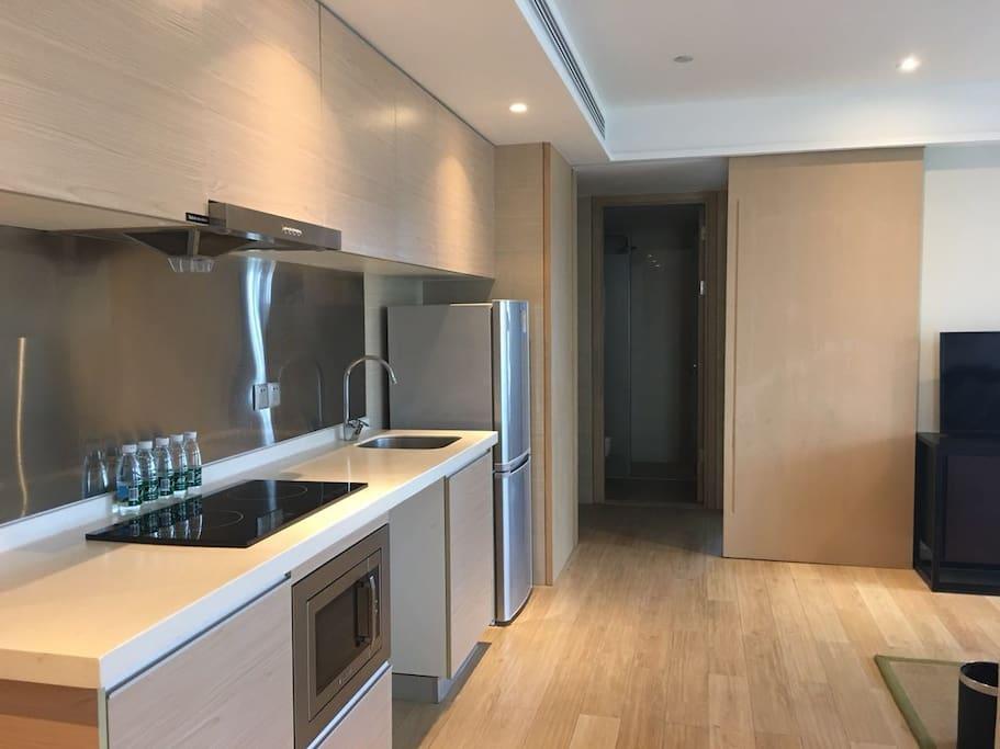 开放式厨房,全新。与客厅餐厅一体,吸油烟机,冰箱燃气灶等设施齐全。