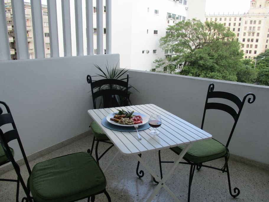 Extra large front terrace overlooking Malecon and Hotel Nacional