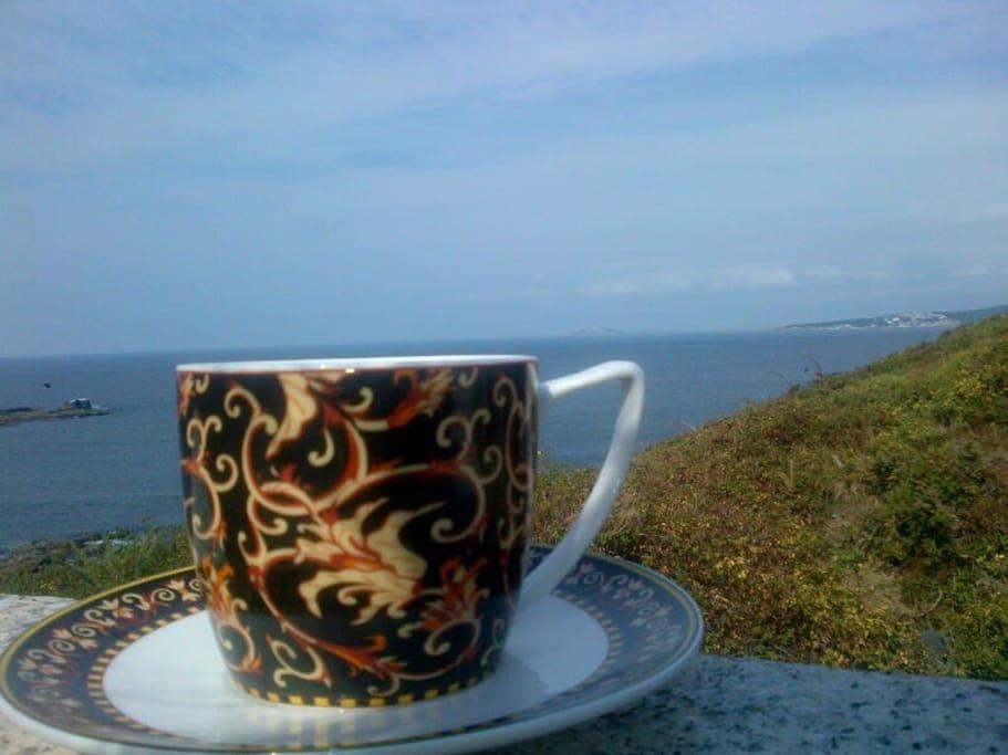 En la terraza con un café y el sonido de las olas .... Para soñar despierto!!!