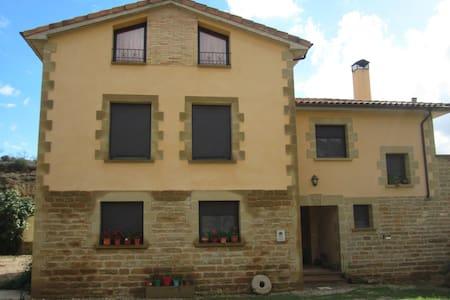 Dos casas desde 1 a 22 plazas - Biscarrués - Hus