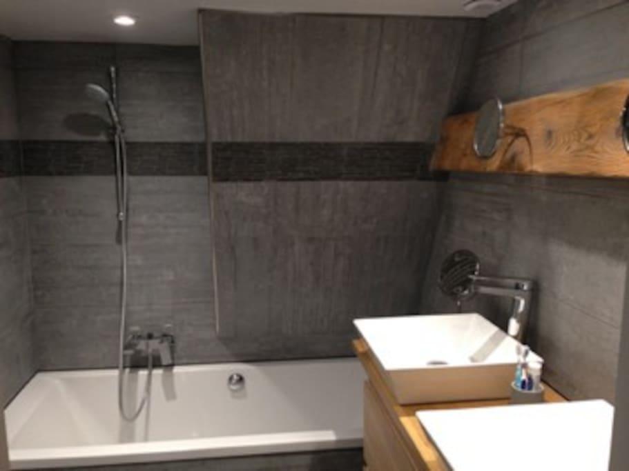 sdb privée avec double vasque et baignoire 180 cm
