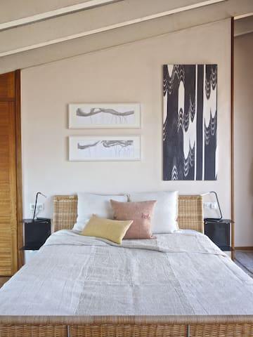 Habitación en segundo piso de 25 m2 con baño en suite y terraza propia. Vistas impresionantes a la sierra de tramontana.Ducha extra estucada y con chorros masaje.